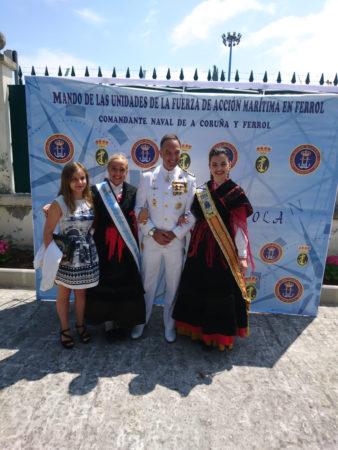 El Capitán de Navio, Fernando Suárez, posa con la Meiga Mayor, María García; la Meiga Mayor Infantil 2016, Alba Rodríguez, y la Meiga de Honor Angela Devesa