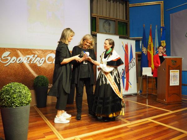 la 50 Meiga Mayor, Emma Cabezas, entrega un recuerdo a Carmen Mª No y a Pilar Varela