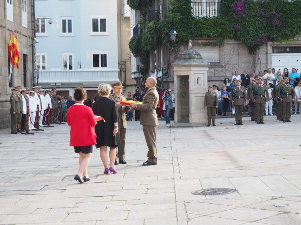 La Presidenta de la Asociación, recibe la Bandera