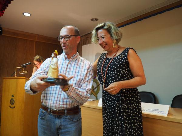 La Presidenta de la Asociación de Meigas, entrega un recuerdo al José Manuel Esteban Guijarro