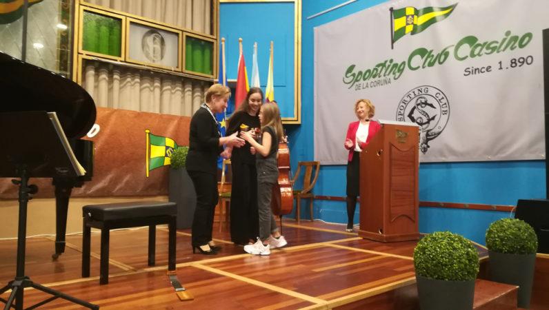 La Meiga Mayor Infantil entregado un recuerdo a las concertistas