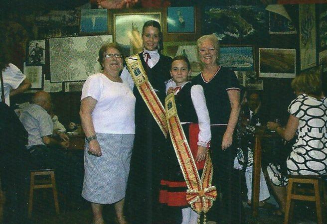La Meiga Mayor , Jennifer Bermúdez, y la Meiga Mayor Infantil, Alejandra López de las HOGUERAS-2009, en la Traída con las hermanas Vázquez Estévez