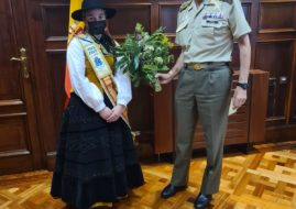 THE ELDERLY CHILDREN'S MEIGA, MADE DELIVERY OF THE BOUQUET OF SAN JUAN